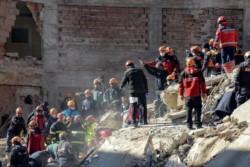 Un terremoto en Turquía dejó al menos 29 muertos y hay una desesperada búsqueda de sobrevivientes