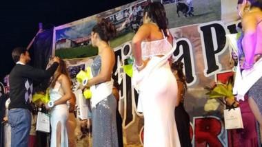 Momento de la coronación de la Reina en el escenario.