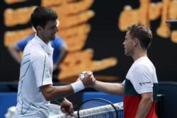 Nole y Peque se saludan. Al serbio lo espera Milos Raonic por el pase a semifinales.