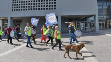 Frente a la Legislatura se movilizaron los trabajadores enrolados dentro del sindicato de Apel.