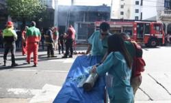 Al menos otras siete personas debieron ser atendidas por inhalación de humo.