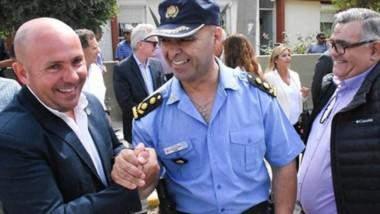 Saludo. El intendente Sastre saluda con informalidad al flamante jefe de la Unidad Regional de Madryn.