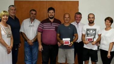 Darío James, intendente de Gaiman, reconoció a palistas por su buen desempeño en la provincia de Río Negro.