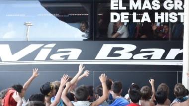 El plantel arriba del micro rumbo a San Martín de Los Andes y los niños de la Colonia del club despidiendo a sus ídolos.