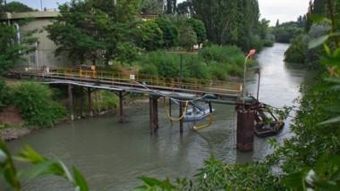 Toma. Una postal de las instalaciones de la Cooperativa sobre el río Chubut ante el pedido de cuidar el agua.