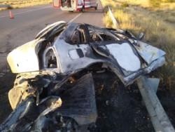 El vehículo se incrustó en el guardarrail y se prendió fuego