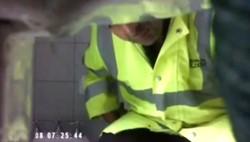 En alguno de los videos se puede ver al inspector cuando trabaja para verificar el funcionamiento de la cámara y el posicionamiento funcional a sus perversos objetivos.