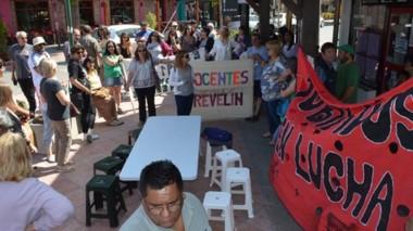 Banderas. Los trabajadores estatales en lucha se concentraron de nuevo en el centro de Esquel.