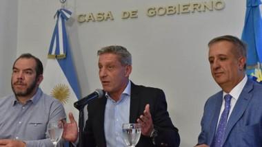El gobernador en conferencia de prensa desde la Sala de Situación, acompañado por José Grazzini y el ministro de Economía, Oscar Antonena.