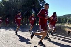 Furor por River en San Martín de los Andes: un grupo de hinchas corrió a la par de los jugadores por la ruta 40.