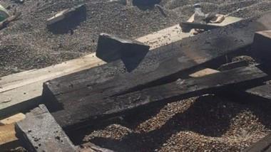 Las tarimas de madera en el balneario aparecieron ayer destruidas.