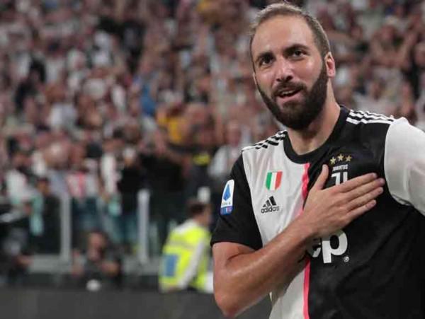 Y en el día del regreso de Zlatan al fútbol italiano, CR7 se robó todo el show: hat-trick de Cristiano Ronaldo y un gol del Pipita Higuaín .