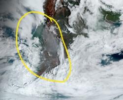 La pluma de humo de los incendios marcada en amarillo pasando sobre la Patagonia. (Imagen NASA)