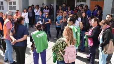 Protesta. En el Hospital Zonal de Trelew se reflejó la impaciencia que crece entre el sector de la Salud.