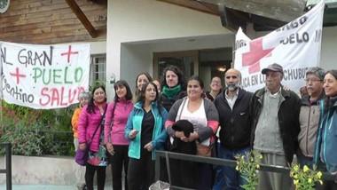 En lucha. Trabajadores sanitarios de Lago Puelo recordaron promesas de un nuevo hospital.