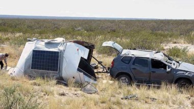 La camioneta Renault Duster y la casilla rodante, con severos daños.