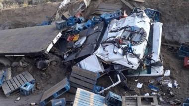 El camión quedó atrapado en una zanja con daños y el chofer muerto.