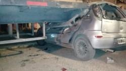 El auto en que se movilizaban las mujeres quedó incrustado contra el semi estacionado.