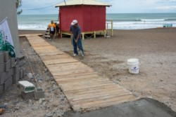 """La tarima está siendo construida en el sector del """"Monumento a las Toninas""""."""