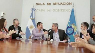 Saludo. El gobernador Arcioni saluda al intendente Ariel Molina tras la firma por el gas para Corcovado.