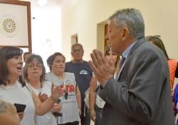 Relly el martes pasado en la Casa de Gobierno, hablando con dirigentes gremiales estatales. / Foto: Daniel Feldman / Jornada