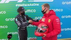El momento en el cual Lewis Hamilton recibe el casco de Michael Schumacher en manos de su hijo, Mick.