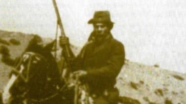 Mito. Brunel y una imagen de sus días de fama en la Patagonia.