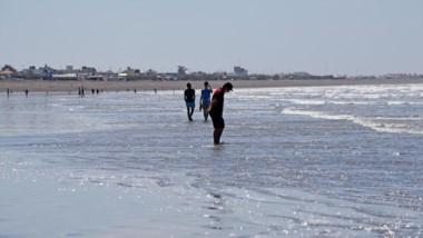 Marea baja en la mañana, la mejor hora para ir a la playa. Altas temperaturas y poca gente en la costa. Hoy será otra jornada de mucho calor.