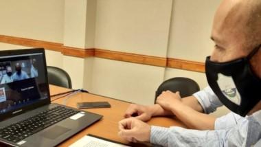 Gustavo Sastre , intendente de  Puerto Madryn, al momento de suscribir el documento en cuestión.