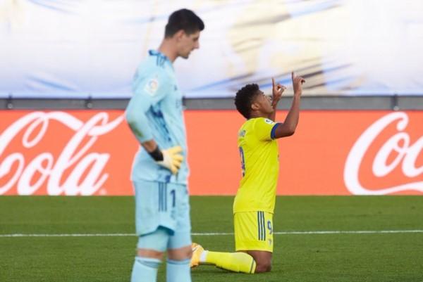 Lozano celebra su gol, y Courtuois, cabeza gacha, no lo puede creer.