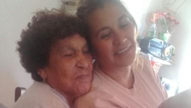 Recuerdo. Carmen Acosta (derecha) en una postal con su madre, cuando nadie imaginaba el final.