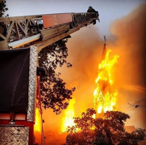 Cinco personas fueron detenidas por incendio en iglesia institucional de Carabineros, entre ellos, había un funcionario de La Armada.