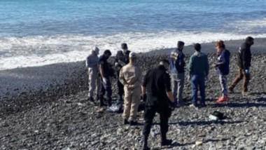 Efectivos policiales trabajando en la costa de la zona sur de Playa Unón con el cuerpo sin vida del joven