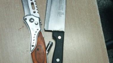 Las armas blancas fueron encontradas por una policía de franco.