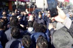 El ministro de Seguridad bonaerense Sergio Berni, dialogando con los compañeros del chofer asesinado.