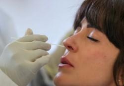 Una prueba nasal para detectar coronavirus perforó el revestimiento del cerebro de una mujer estadounidense provocando que se filtrara líquido por la nariz. (Archivo)
