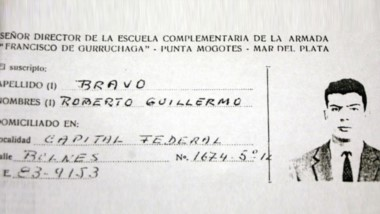 Ficha. Una de las únicas imágenes conocidad de Roberto Bravo, con su ficha de la Marina argentina.