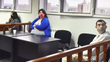 En el banquillo. A la izquierda, la defensora pública y su lado y con distancia, tres de los acusados por asesinar y encubrir el crimen de la joven.