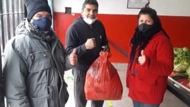 """Puños solidarios. Algunos de los vecinos que encuentran ayuda social en el gimnasio de """"Locomotora""""."""