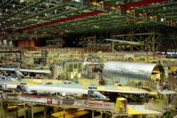 El interior de un hangar de Boeing, una de las empresas involucradas en esta puja geopolítica más que económica.
