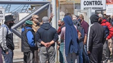 Conflicto. Nuevamente se repitió la imagen de los trabajadores reclamando y bloqueando las puertas del ingreso al puerto de Rawson.