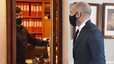 Llegué. El ministro ingresa a la Privada del despacho de Maderna.