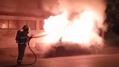 Extraño incendio. El rodado envuelto en llamas es apagado por un bombero voluntario en Madryn.