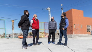 El intendente visitó el playón deportivo con césped sintético en la vecinal del barrio Máximo Abásolo.