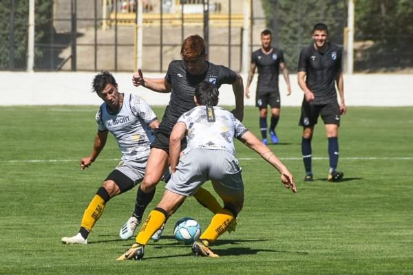 Khalil Caraballo maniobra ante la doble marca del elenco local.