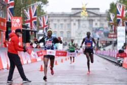 Con llovizna en todo su desarrollo y humedad. El ganador fue el etíope Shura Kitata en 2:05:41.