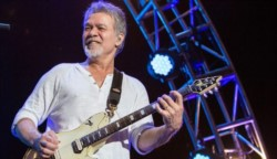 El músico Eddie Van Halen, una de las máximas estrellas de la guitarra en el mundo del rock, murió este martes en California víctima del cáncer, a los 65 años de edad.