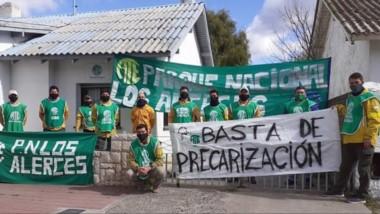 El reclamo de los brigadistas del Parque Nacional Los Alerces se realizó ayer en Esquel.