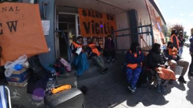 No se iban. Así lucían ayer las puertas del Ministerio, donde los trabajadores ingresaron y bloquearon el paso algunas de las oficinas.