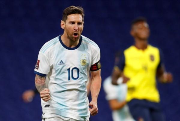 Messi, de penal, marcó el gol de la albiceleste en La Bombonera.